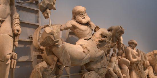 Estatuas Cascos Museo arqueológico en Olimpia