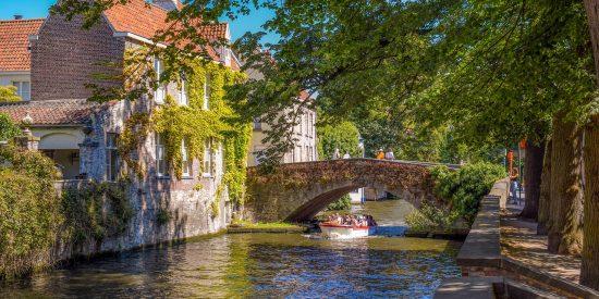Barco por los canales de Brujas