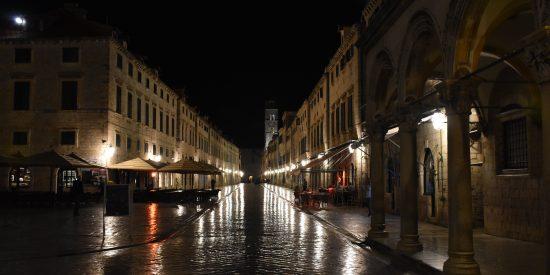 Calles de Dubrovnik de noche