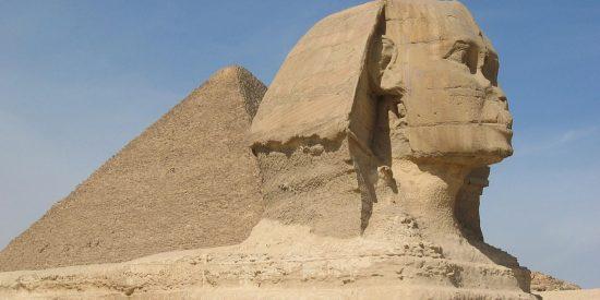 Esfinge y pirámides en el desierto