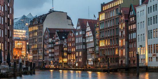 Calle Deichstrasse de noche Hamburgo