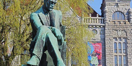 Estatua de Aleksis Kivi en Helsinki