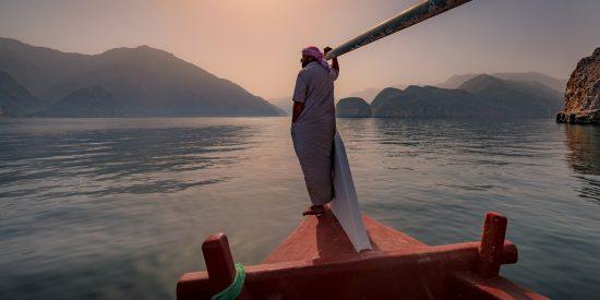 En barco por el fiordo de Oman