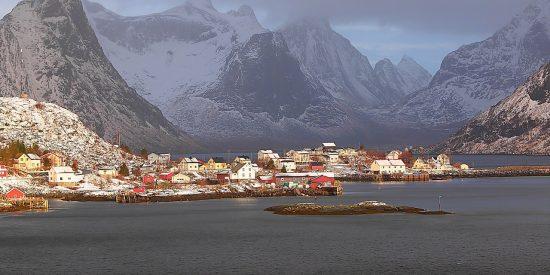 Montañas nevadas y pueblos Noruegos Leknes