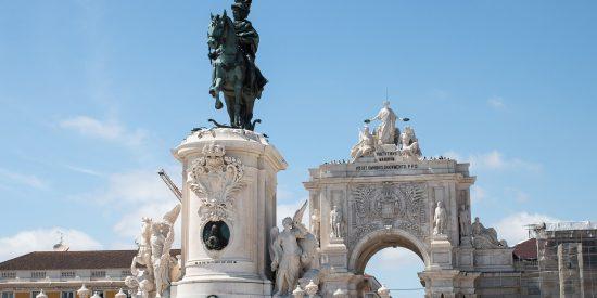 Entrada a la Plaza del Comercio y escultura Lisboa Portugal