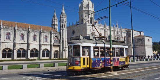 Catedral y tranvía en Lisboa Portugal excursión para crucero
