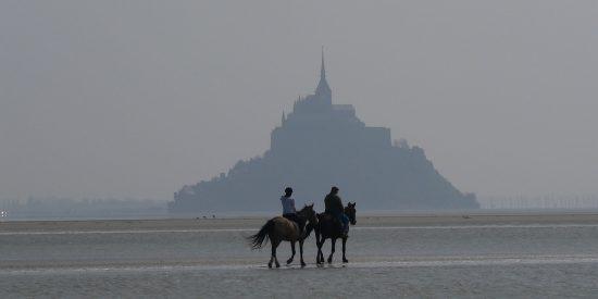 Paseo a caballo frente a Mont Saint Michel Francia