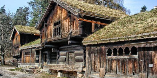 Casas de madera con tejado de hierba tradicionales en Noruega