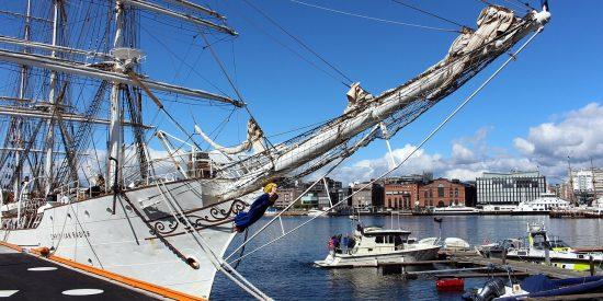Puerto y barco en Oslo Noruega