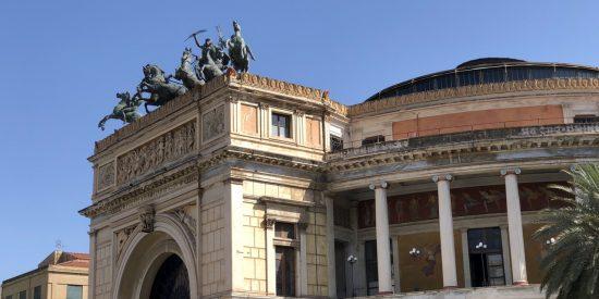 Espectacular puerta del teatro de Palermo Teatro Politeama