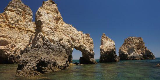 Playas del algarve en Portugal Portimao Rocas y costa