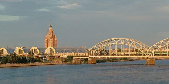Río Daugaba en Riga Letonia vista de Mercado