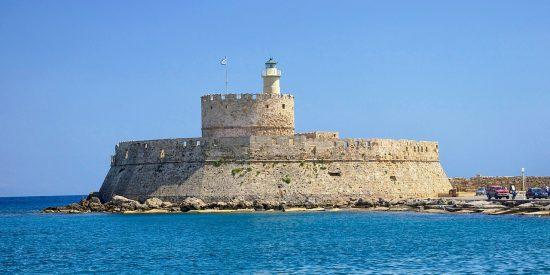 Símbolo de la isla de Rodas Puertas del puerto y Faro de San Nicolas