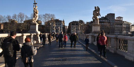 Puente con esculturas en Roma