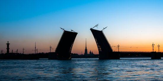 Puente nocturno en San Petersburgo