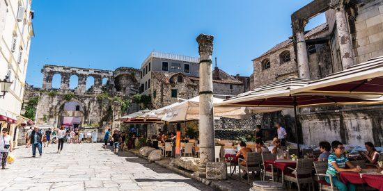 Terrazas en las ruinas de Split Croacia