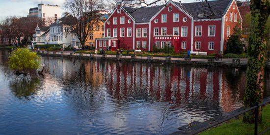 Casas de colores junto al agua Stavanger