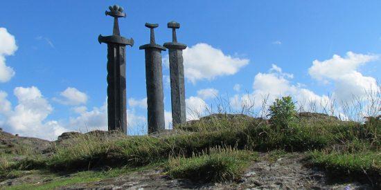 Monumento espadas en la Roca Stavanger Noruega