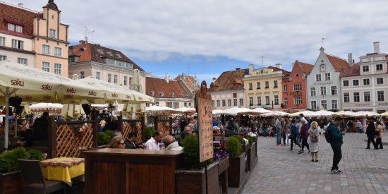 Mercado en La plaza del ayuntamiento en Tallin Estonia
