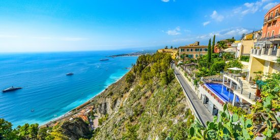 Vistas desde Piazza IX Aprile en Taormina Una de las mejores vistas de Sicilia