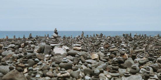 rocas y pequeñas esculturas costa Tenerife