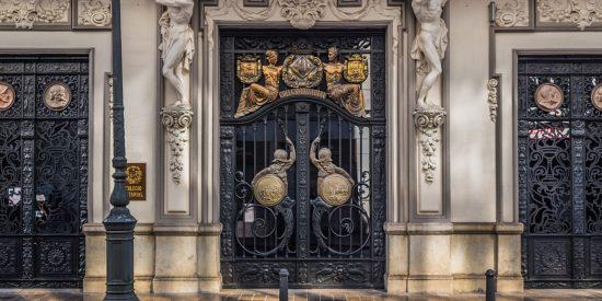 Puertas de hierro muy ornamentadas en Valencia