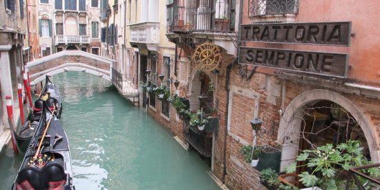 Tiendas junto a los canales de Venecia excursión para cruceros