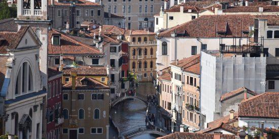 Puentes y calles en Venecia