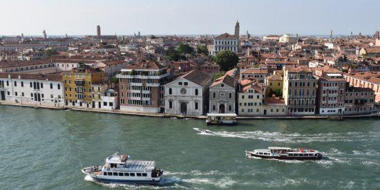 Barcos y cruceros por Venecia