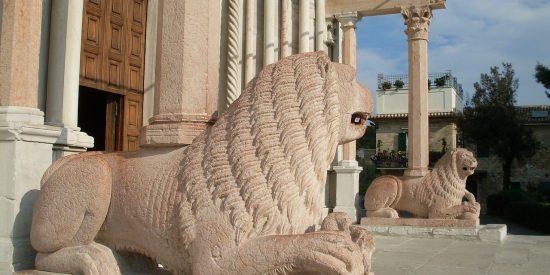 Leones puerta de la catedral de Ancona