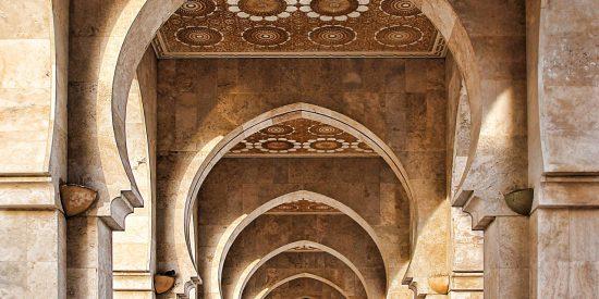 Interior de la mezquita de Hassan II en Casablanca