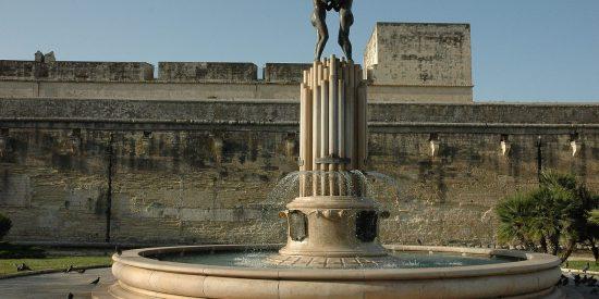 Fuente de la Armonía delante del castillo de Carlos V en Lecce Italia