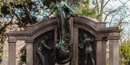 Monumento con Angel Monumento memorial ingenieros del Titanic Southampton