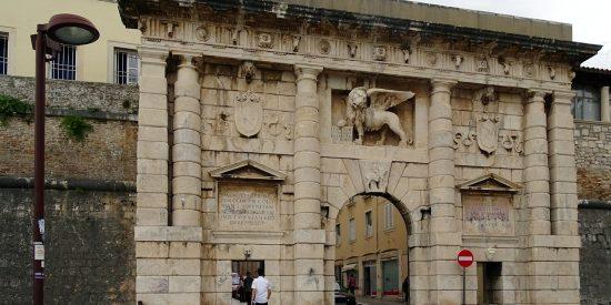 Las puertas de la ciudad de Zadar en Croacia