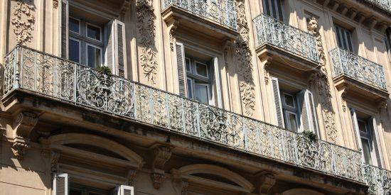 Balcones de la plaza de la comedia en Montpellier