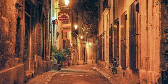 Calles de noche en Montpellier