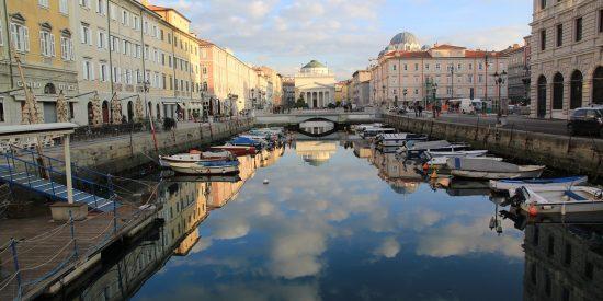 Gran canal de Triestre en Italia
