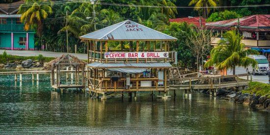 Bar símbolico en Roatan en Caribe