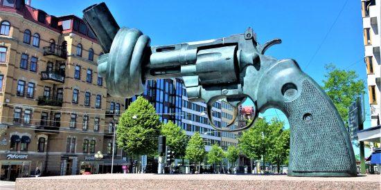 Escultura a la no violencia Gotemburgo